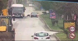 Trambüsten inen kıza otomobilin çarptığı kaza güvenlik kamerasında