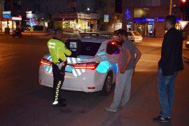 Kendini otomobil önüne atan genç kız yaralandı