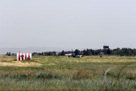 Savaş uçağı yere çakıldı, pilotlar atlayarak kurtuldu