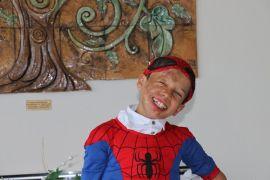 """Yüz nakli olan Suriyeli Ahmed'in """"Örümcek Adam"""" hayali"""