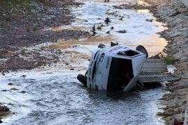 Hekimhan'da kamyonet dereye uçtu: 2 yaralı