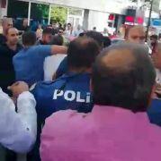 Polis tacizciyi linçten son anda kurtardı