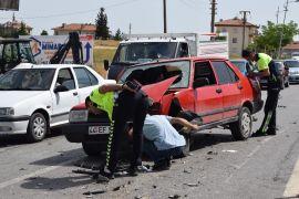 Üç otomobilin karıştığı kazada 3 kişi yaralandı