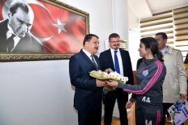 Başkan Gürkan'dan bayan futbol takımına destek