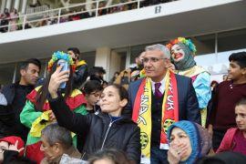 Başkan Güder kupa maçını özel çocuklarla birlikte izledi