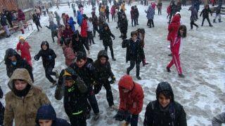 Doğanşehir'de kar yağışı çocukları sevindirdi