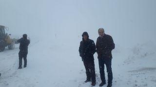 Kara saplanan okul servisinin yardımına karla mücadele ekipleri yetişti