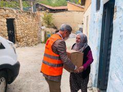 Başkan Çınar, yardım ekibine yardımcı oldu Ramazan gıda kolisi dağıttı