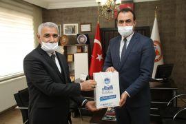 Başkan Güder'den berberlere maske desteği