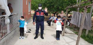 Jandarma'dan evde kalan çocuklara hediye