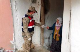 Jandarma ekipleri yardım paralarını evlere ulaştırıyor