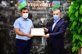 Müdür Onhan, sıfır atık belgesini Başkan Çınar'a takdim etti