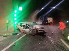 Tünel duvarına çarpan otomobil sürücüsü yaralandı