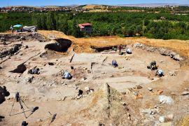 Arslantepe Höyüğü'nde 24 mezar ile 6 ev kalıntısı bulundu