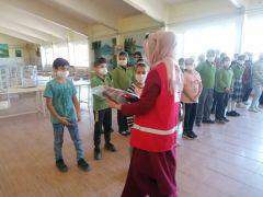 Kızılay'dan öğrencilere okul hediyesi